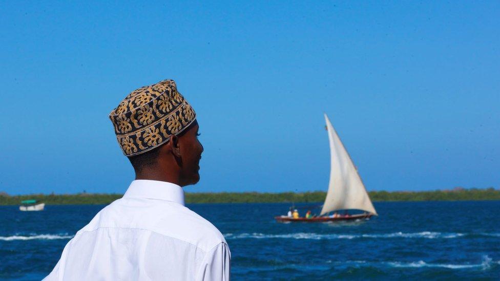 شخص يقف أمام ساحل بحري