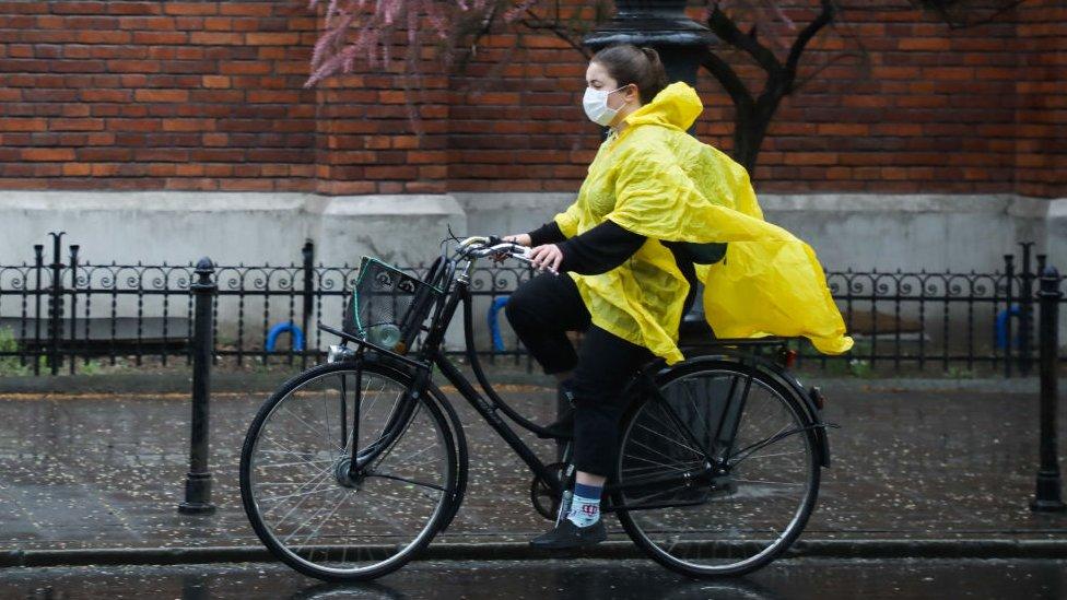 Una joven en bicicleta.