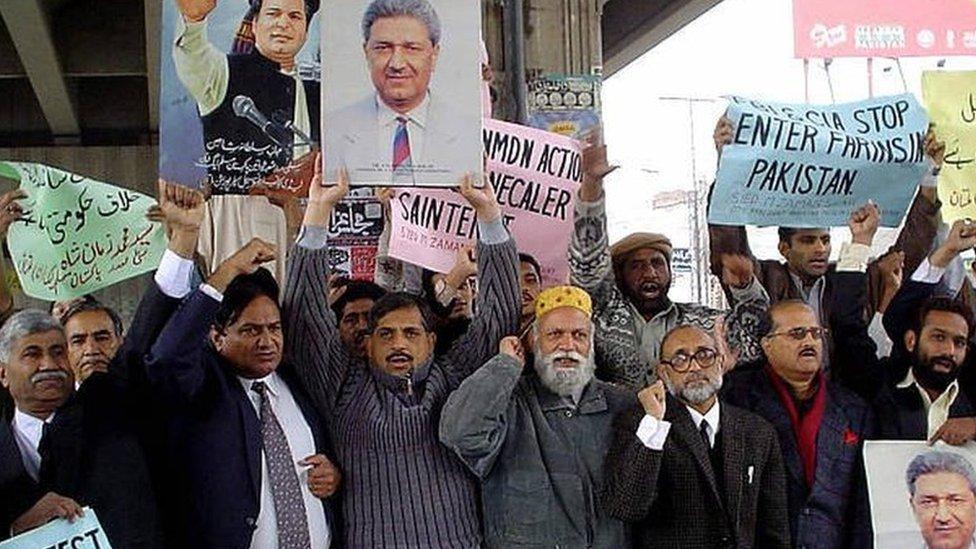 عقب فرض الإقامة الجبرية على الدكتور خان شهدت باكستان مظاهرات تطالب بإطلاق سراحه