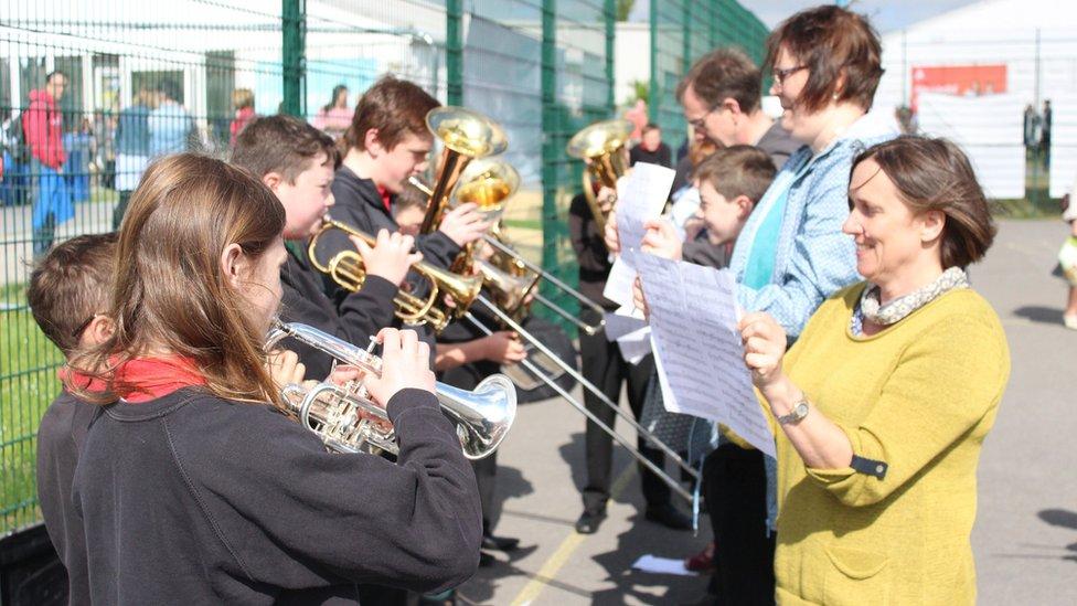 Band pres Ysgol Penweddig yn ymarfer ar y iard chwaraeon // Practice makes perfect for Ysgol Penweddig's brass band