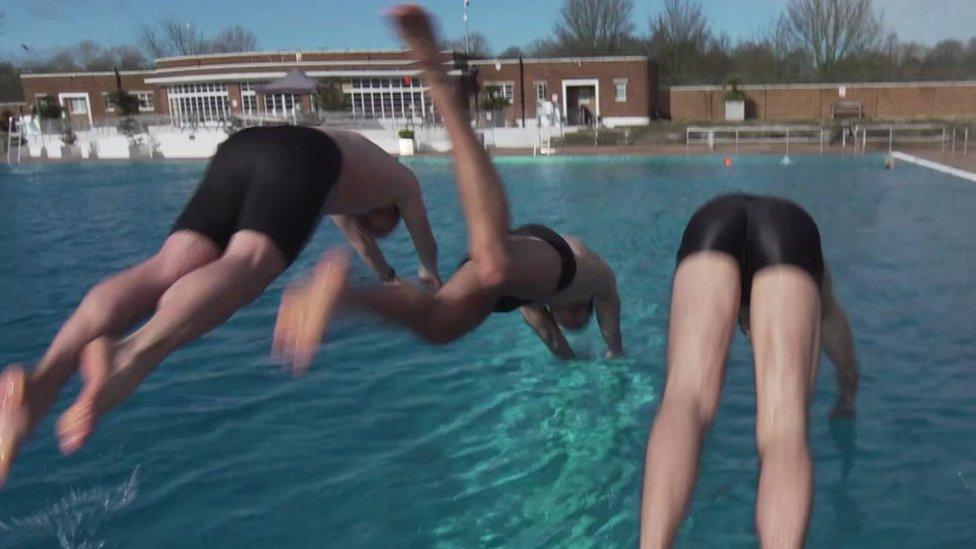 Tres personas lanzándose al agua.