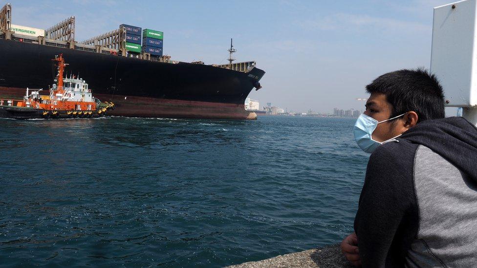 Hombre con mascarilla en el Canal de Panamá