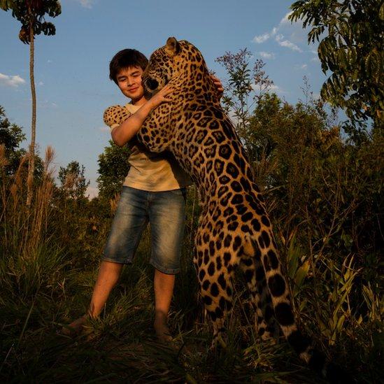 Un jaguar abraza a Tiago.