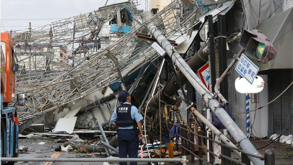 U Osaki tajfun je čupao kablove i uličnu rasvetu