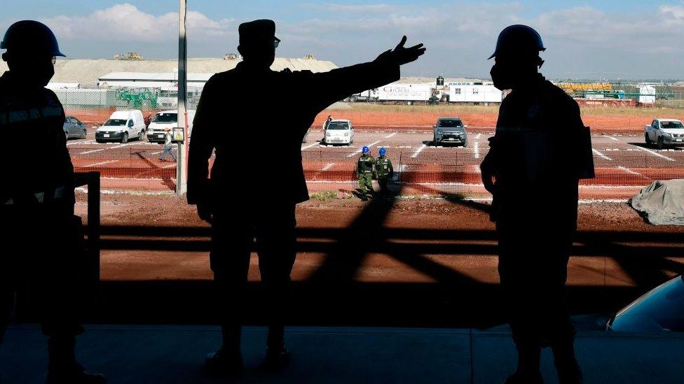 Militares supervisando una obra de construcción