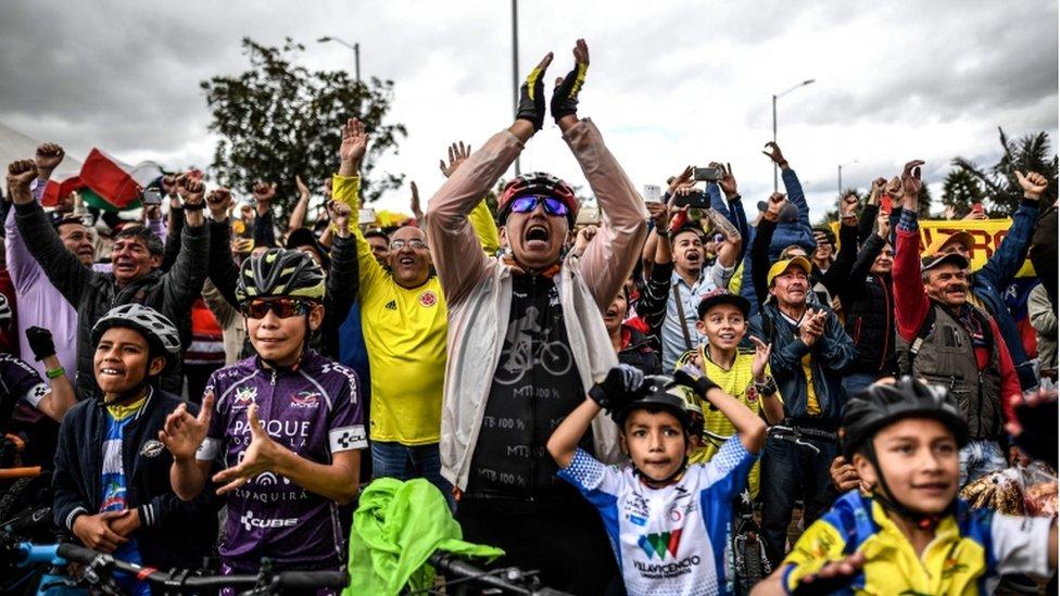 Fanáticos colombianos celebran en Zipaquirá, el pueblo natal de Egan Bernal.