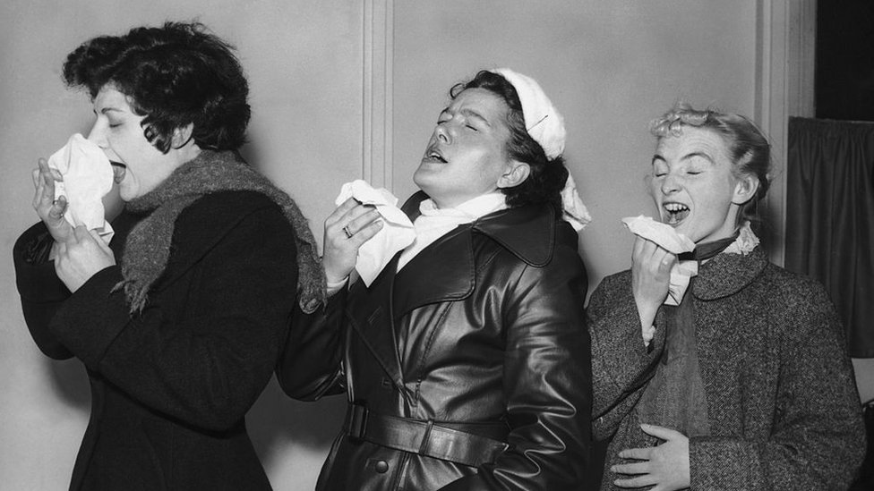 Mujeres estornudando