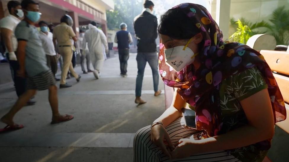 المرضى وأقاربهم في الهند يعانون بسبب اكتظاظ المستشفيات.