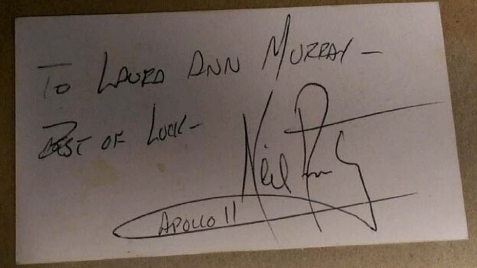 Un autógrafo de Neil Armstrong.