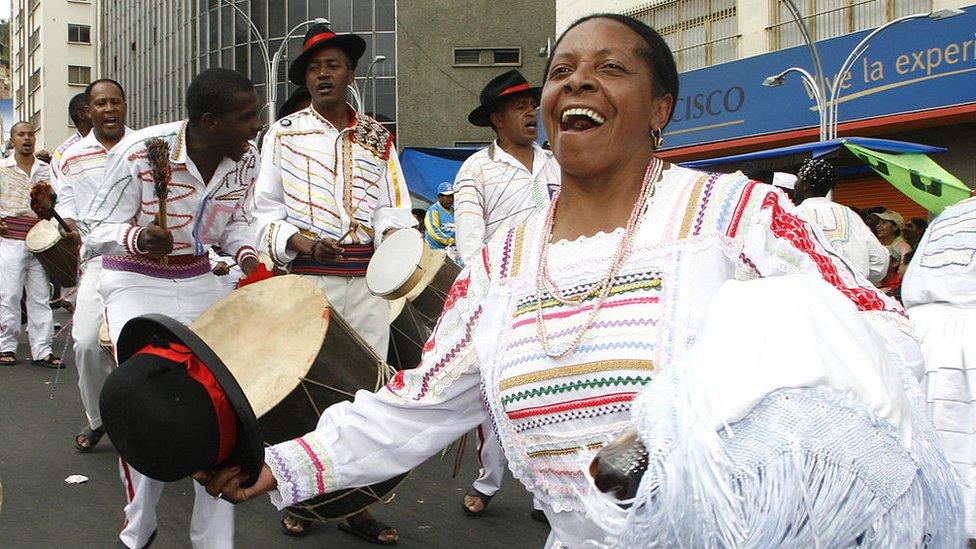 Bailarines afrobolivianos