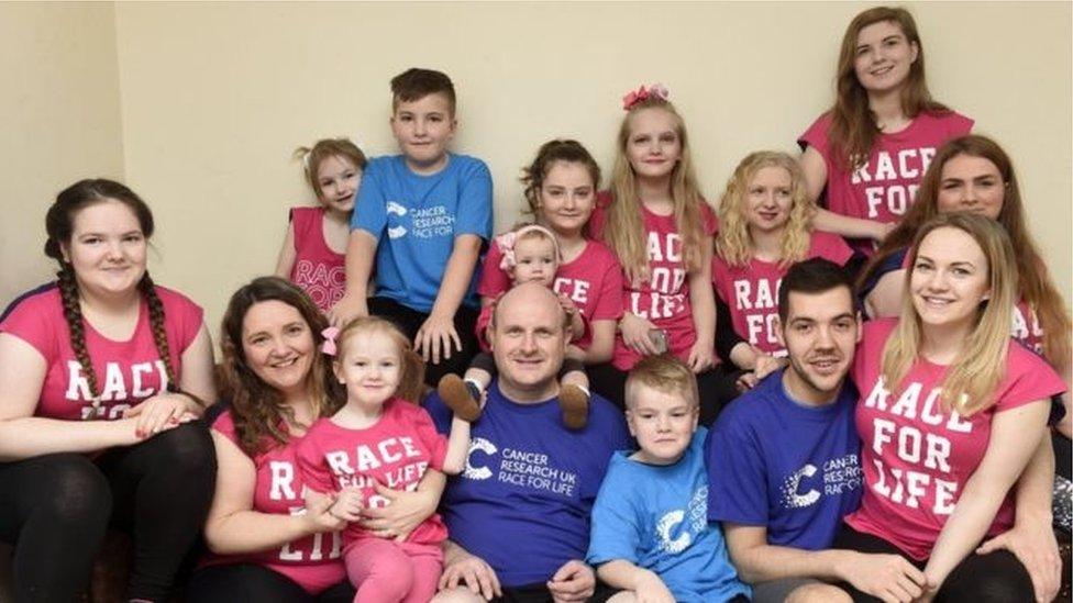 El padre de una de las familias más grandes de Escocia, Roy Hann, dio positivo en covid-19.