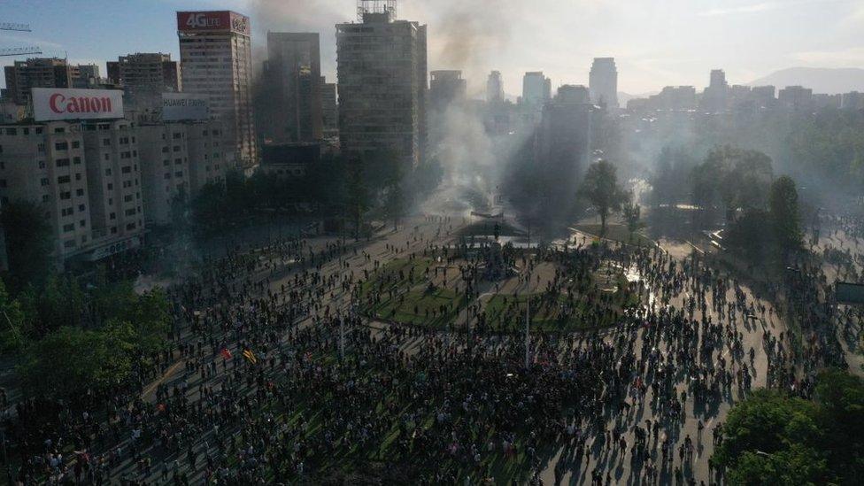 Disturbios durante las protestas en Plaza Italia, Santiago, en octubre de 2019.