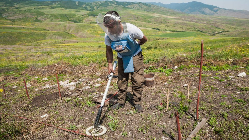 Tarea de desminado en Nagorno Karabaj