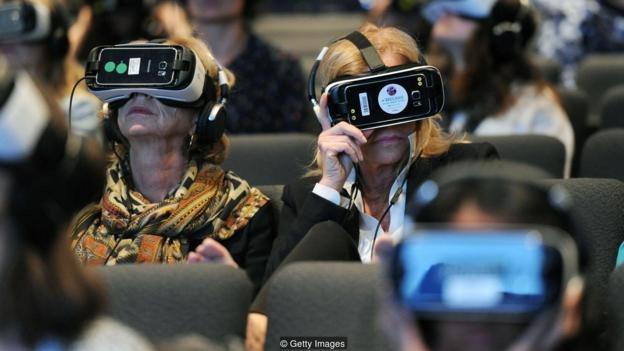 Penonton memakai headset realitas virtual di acara An Evening with Lynette Wallworth pada 2016.