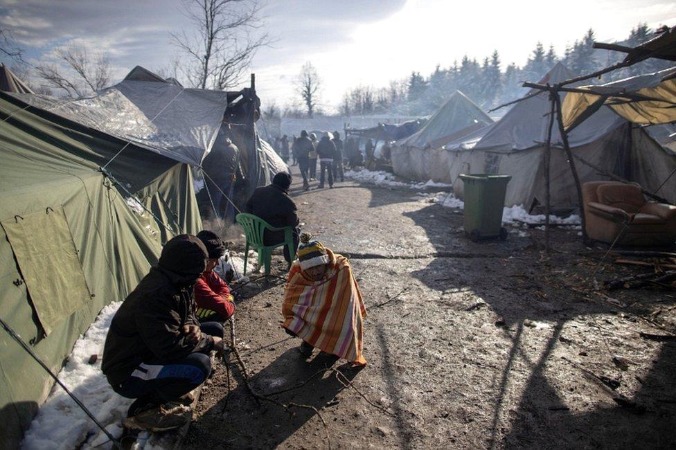 Migranes en un campamento en Vucjak, cerca de Bihac, en Bosnia.