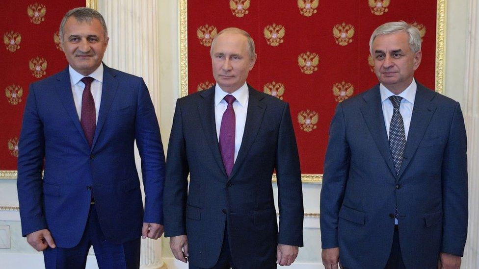 Putin con los presidentes de Osetia del Sur y Abjasia.