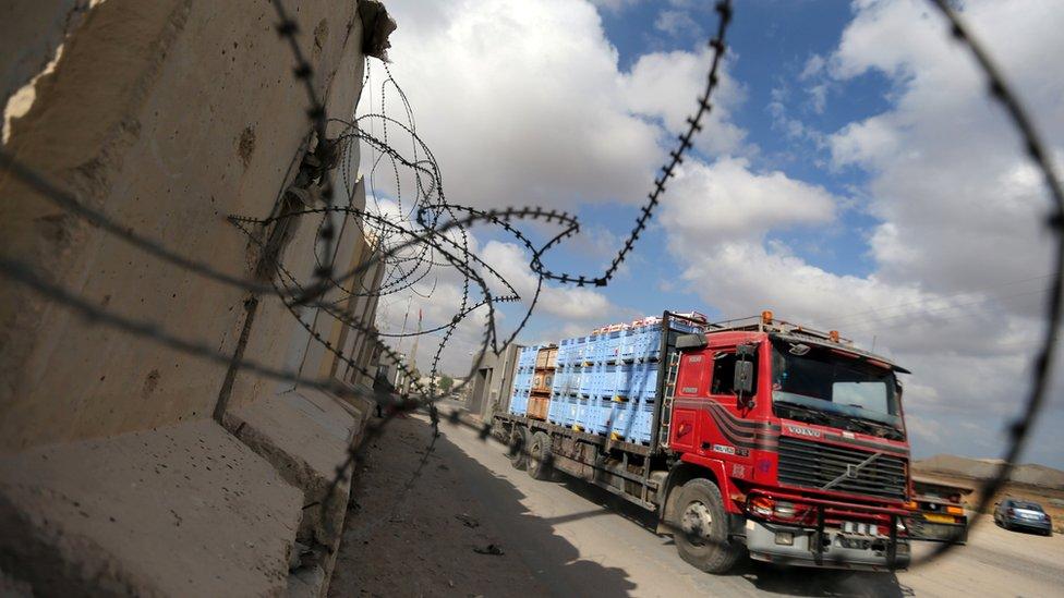 حافلات بضائع على معبر كرم أبو سالم
