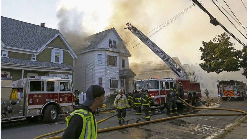الشرطة تتعامل مع النيران في أحد المنازل