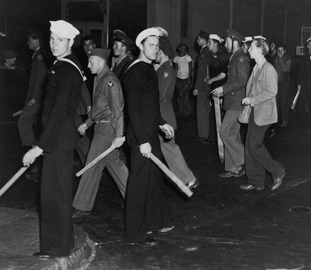 Marinos de Estados Unidos en 1943 sostienen bates