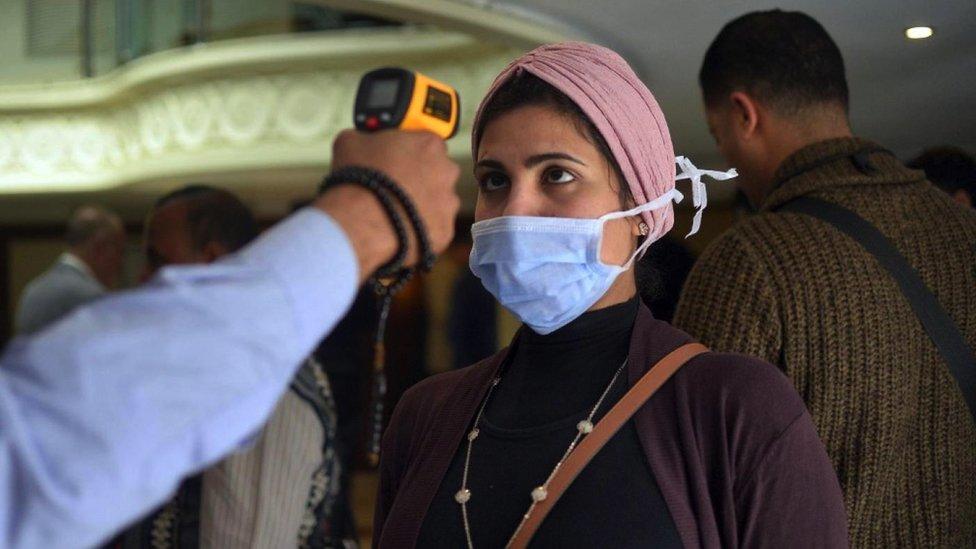 فيروس كورونا يصيب يسرا ومصريون يطالبون برفض حظر شامل