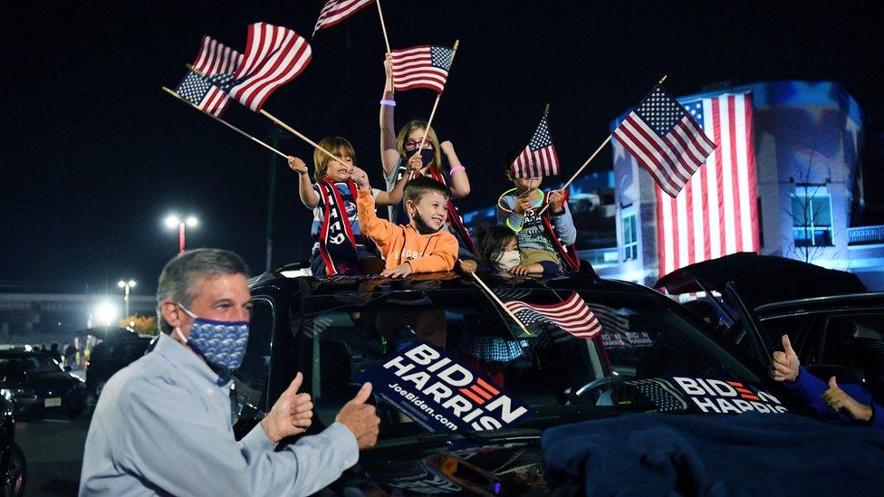 拜登的支持者在街上慶祝。