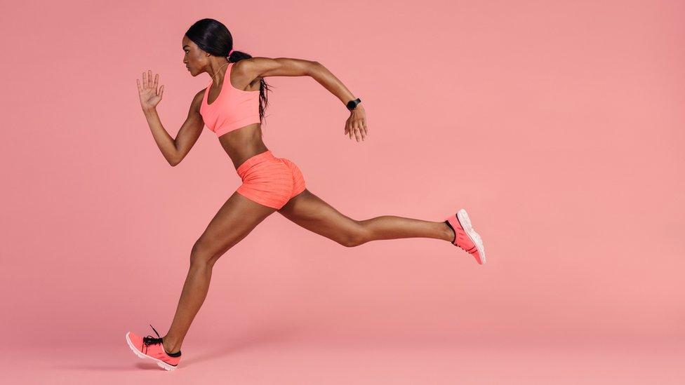 Mujer corriendo con determinación.