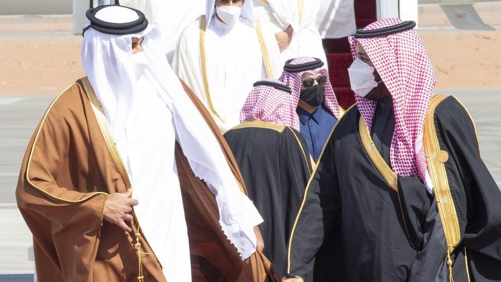 ولي العهد السعودي مرحبا بأمير قطر لدى وصوله لحضور قمة المصالحة الخليجية