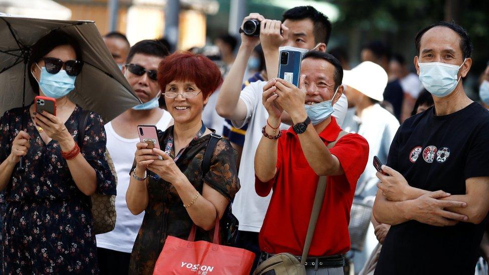 大量成都市民前往美國駐成都總領館門前拍照圍觀。