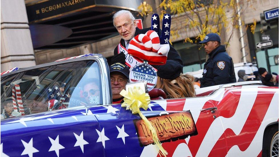 Aldrin en un auto convertible en el desfile del Día del veterano de guerra.