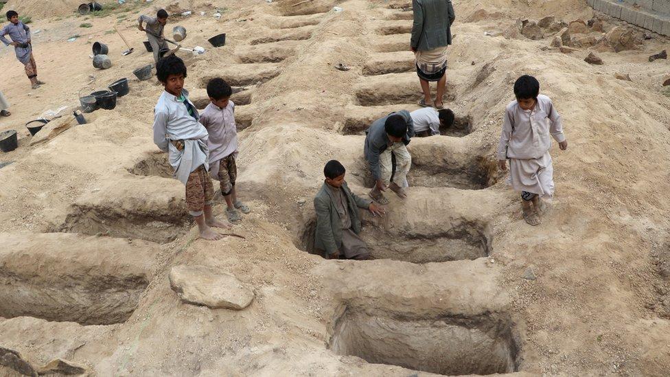 يمنيون يحفرون قبورا