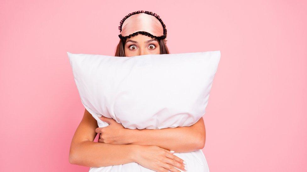 chica con una almohada