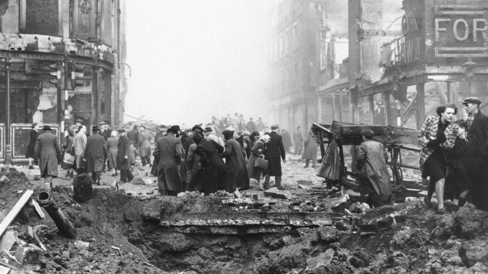 Bombardeo aéreo en Sheffield, Reino Unido, diciembre 1940. Segunda Guerra Mundial.