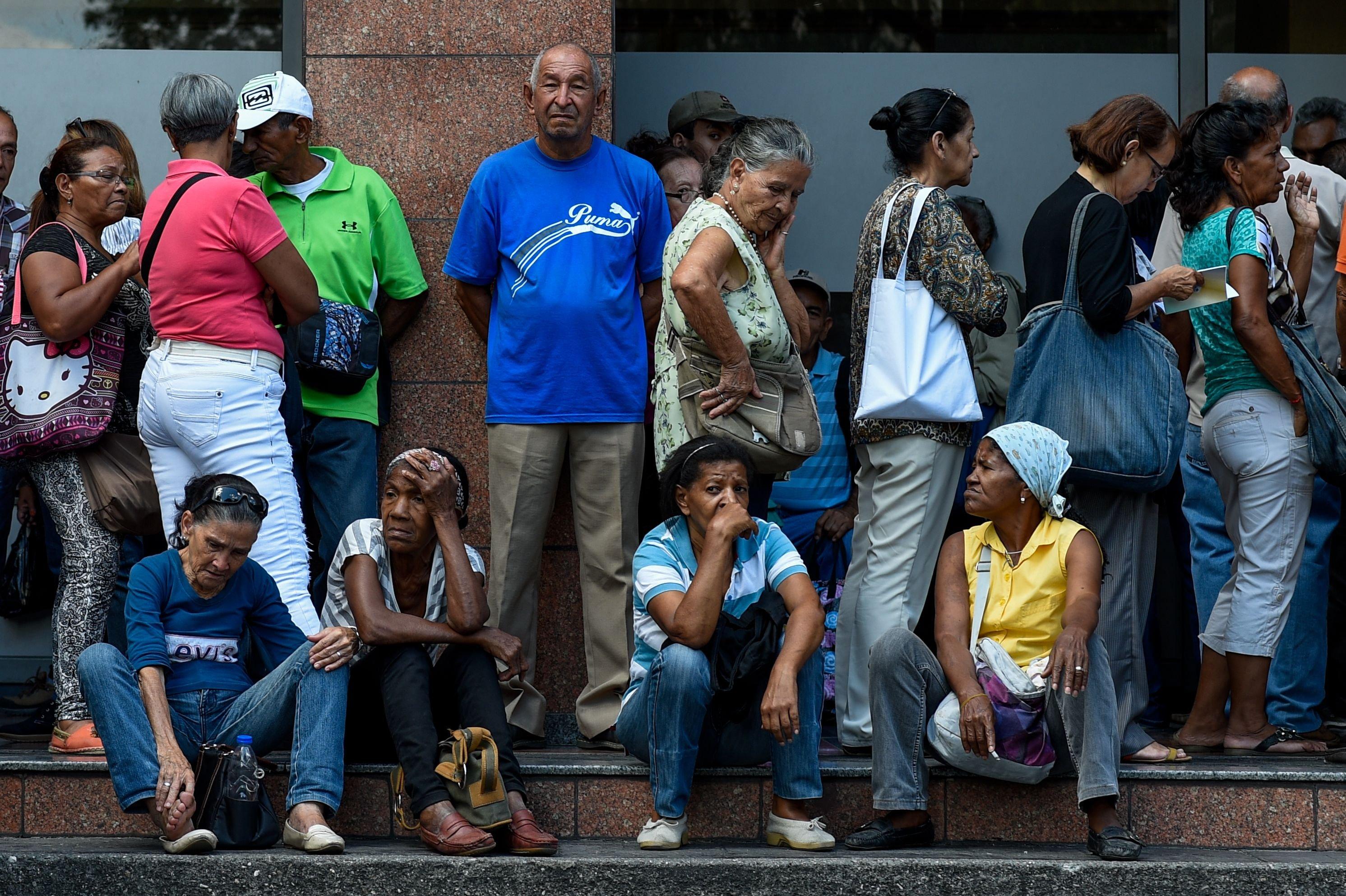 Gente esperando en cola en Caracas