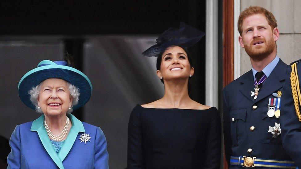 女王與薩塞克斯公爵伉儷在白金漢宮陽台觀看皇家空軍百週年檢閲式(10/7/2018)