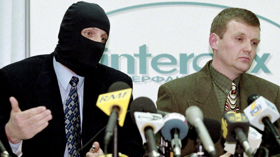 Litvinenko (R) at press conference on FSB corruption, 1998