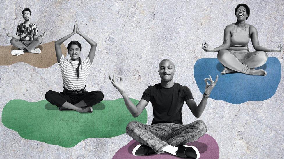 Imagen conceptual de personas meditando sobre nubes