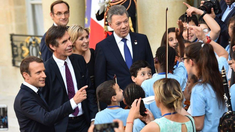 Durante el año Colombia-Francia hubo varios eventos que reunieron a los mandatarios de ambos países. En la imagen, el presidente francés Emmanuel Macron y su homólogo colombiano Juan Manuel Santos hablando con estudiantes de música en París.
