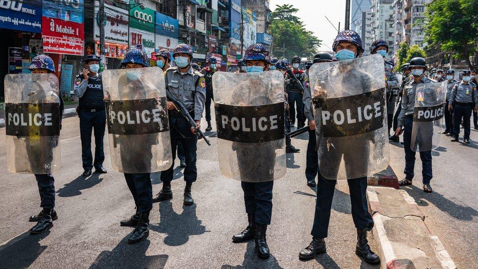 شرطة مكافحة الشغب في يانغون