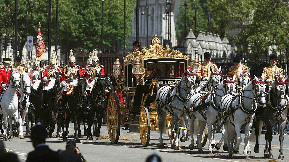 الملكة إليزابيث الثانية في طريقها لافتتاح الدورة البرلمانية الجديدة