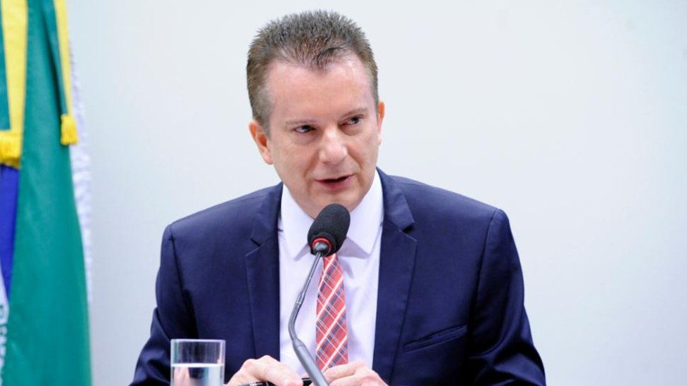 Celso Russomano fala diante de mesa na Câmara