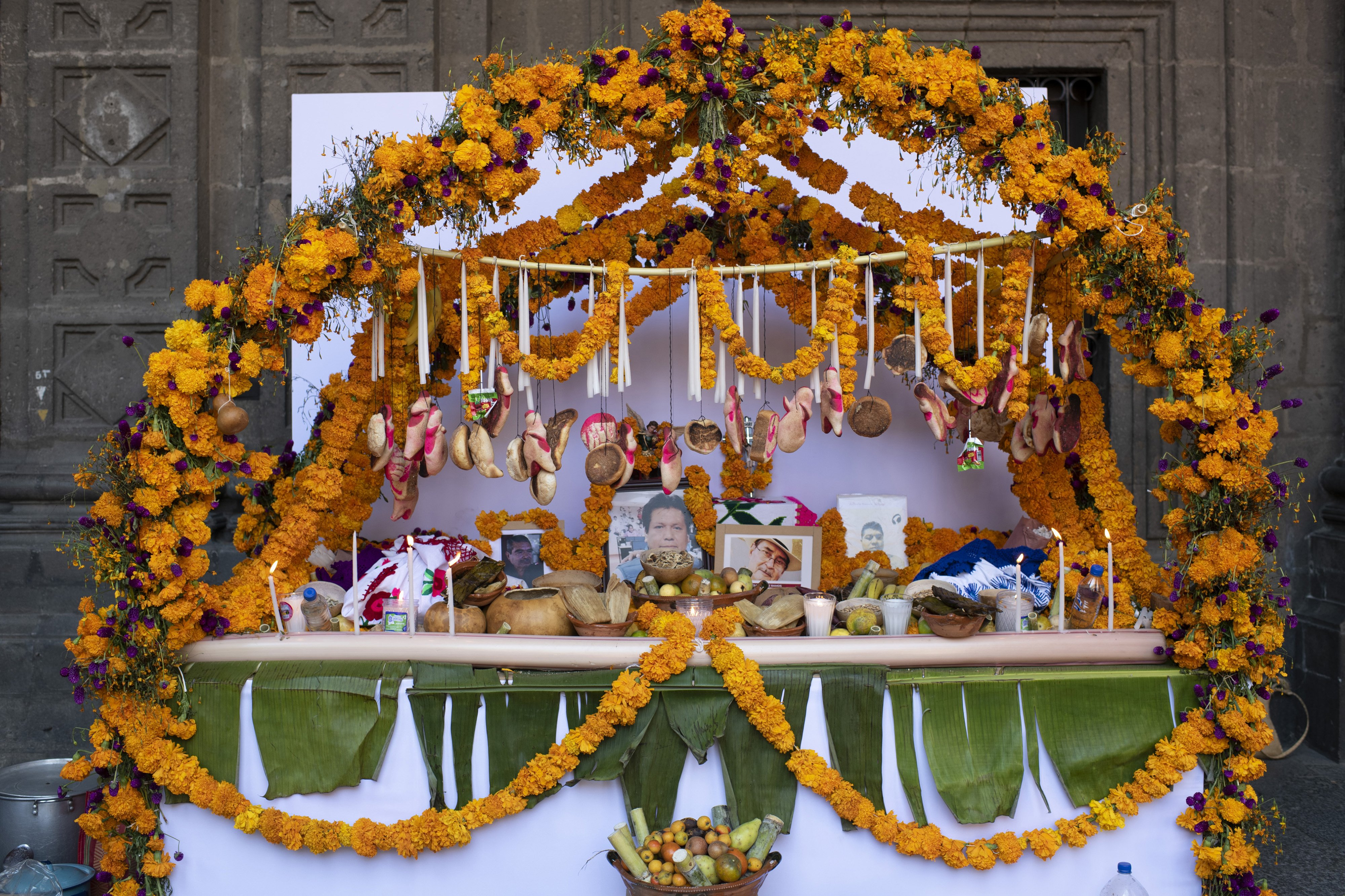 The altar of the state of Guerrero is full of symbols, the arch signifies the house, the flowers the aroma, the water, the copal, the candles are the light that illuminates the entrance and welcomes our dead, and the cross that represents the symbol that the Spaniards brought