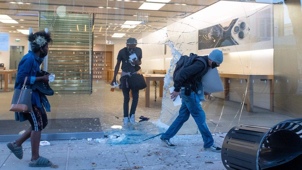 أشخاص ينهبون متجر لشركة آبل