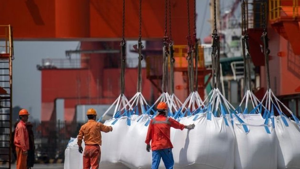 عبوات من المواد الكيميائية المستوردة في ميناء تشانغجياغانغ في الصين