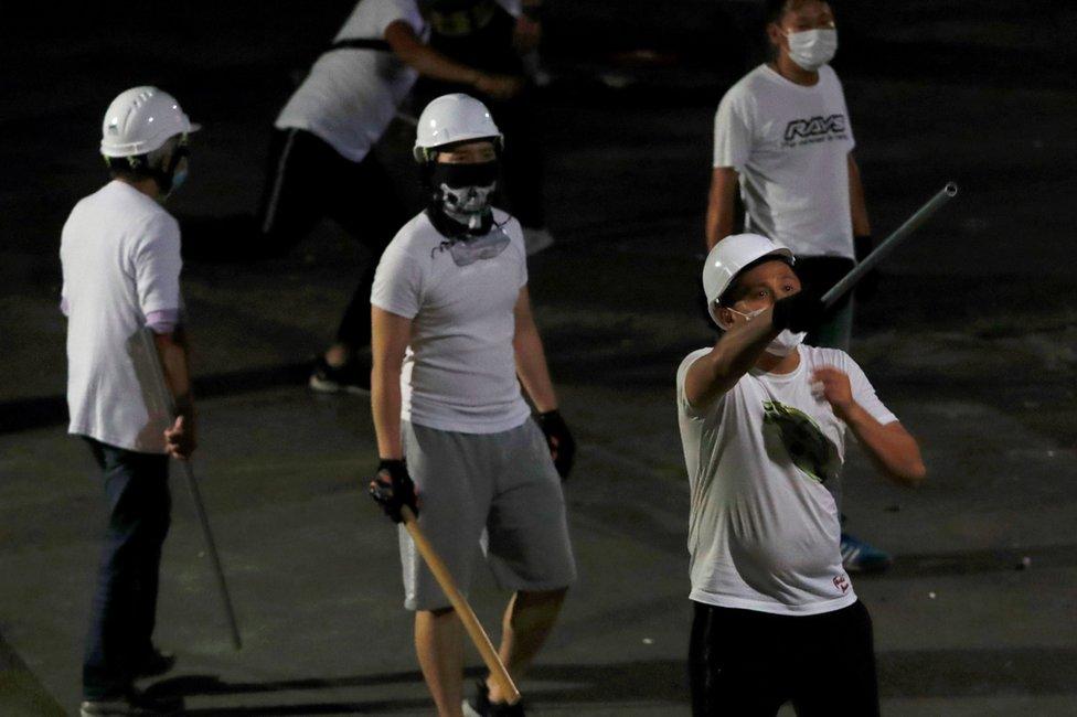 muškarci u belim majcama za koje se veruje da su u bandi