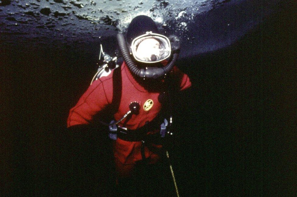 Čarls roni ispod leda u Kanadi