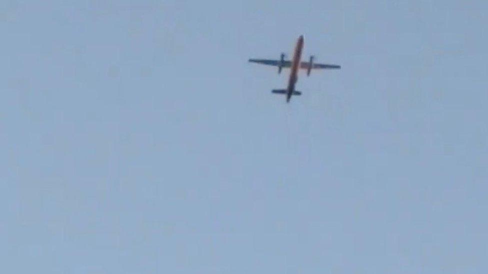 Un avión Q400, que según se informa fue secuestrado, vuela sobre Fircrest, Washington, EE.UU., antes de estrellarse en el South Puget Sound,