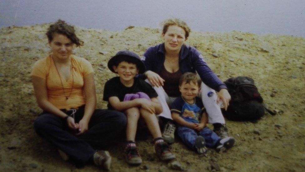 Helen junto a sus tres hijos: Valentina, Pablo y Joaquín.