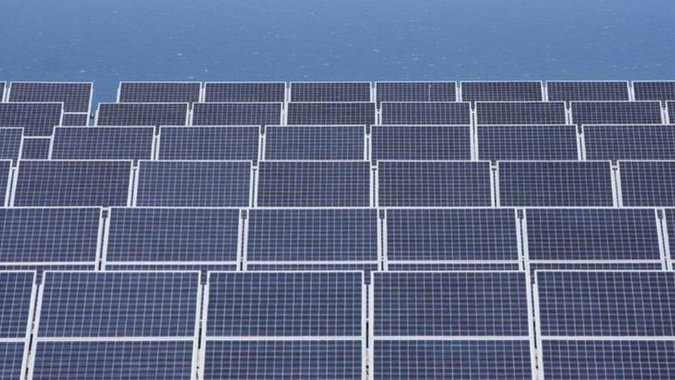ألواح الطاقة الشمسية فوق أحد المنازل