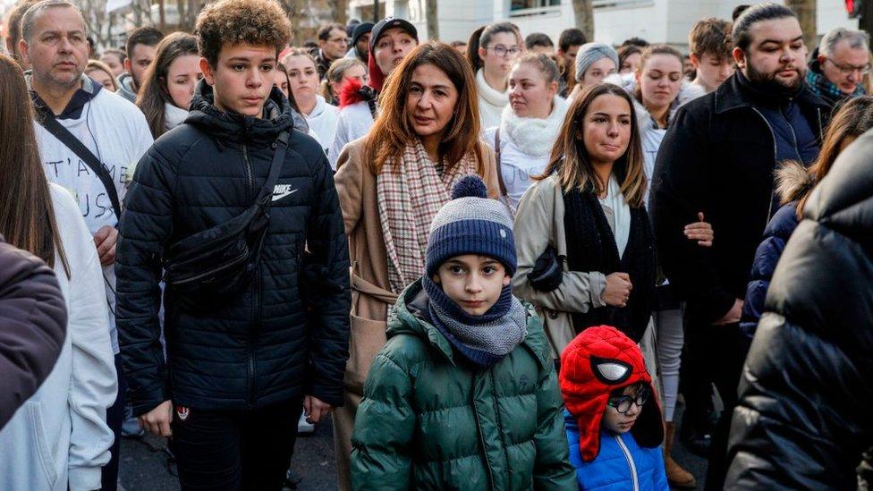 زوجة سيدريك شوفيات وأفراد من عائلته خلال مسيرة في باريس