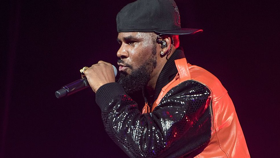 R Kelly dando un concierto.